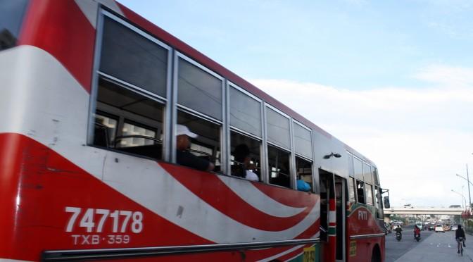 マニラのローカルバスは安いがエアコンがない