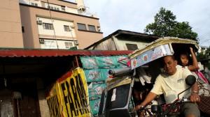 トライシクルで移動するフィリピン人