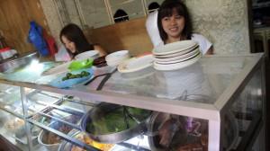 フィリピンの地元レストランのウエイトレス