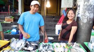 マニラの路上で魚を売るフィリピン人夫婦