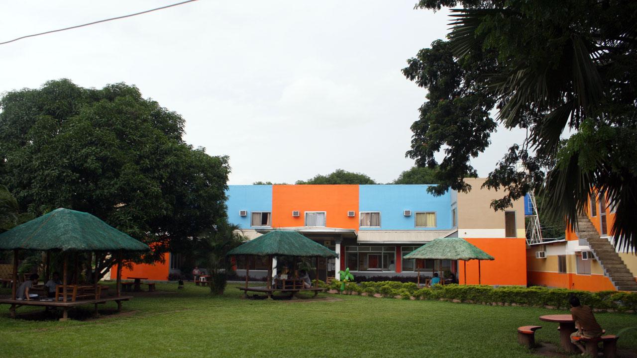 ターラックのCNE1の外観はオレンジの建物
