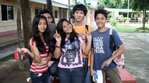 CNE1キャンパス内のフィリピン人の大学生