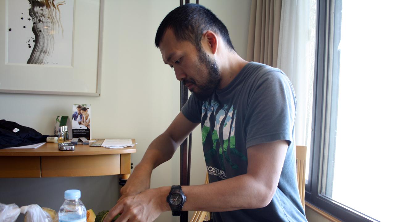 フルーツを切る家庭的な和田虫象さん